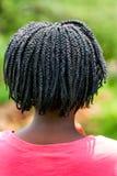 Bakre sikt av den afrikanska flickan med flätat hår arkivbild