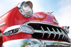 Bakre sikt av den amerikanska klassiska bilen Arkivfoton