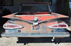 Bakre sikt av den antika rostiga chevrolet bilen Arkivbilder