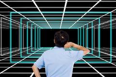Bakre sikt av den förvirrade affärsmannen som ser abstrakta modeller Arkivbilder