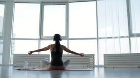 Bakre sikt av den fridsamma kvinnan som är upptagen med meditation lager videofilmer