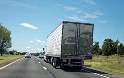 Bakre sikt av den halva lastbilen på huvudvägen Royaltyfria Foton