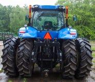 Bakre sikt av den nya blåa traktoren Royaltyfria Foton