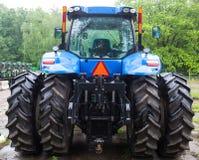 Bakre sikt av den nya blåa traktoren Arkivfoto
