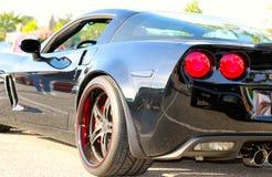 Bakre sikt av den sena modellen Corvette för svart Fotografering för Bildbyråer