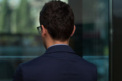Bakre sikt av den unga affärsmannen In Office Royaltyfri Fotografi