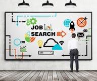 Bakre sikt av den unga professionelln som drar ett rekryteringflödesdiagram på whiteboarden Ett begrepp av rekrytering- och jobbs Royaltyfri Fotografi