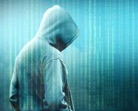 Bakre sikt av en hacker i svart hoodieanseende med binär kod royaltyfri foto