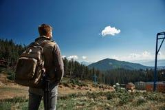 Bakre sikt av en manlig fotvandrare som tycker om berglandskap arkivbilder