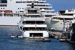 Bakre sikt av en Superyacht i Monaco arkivfoto