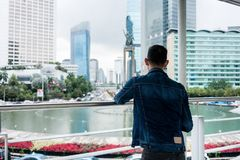 Bakre sikt av en ung man som ser en historisk monument i en fam Royaltyfri Foto