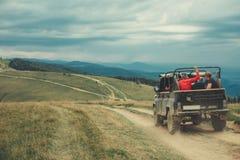 Bakre sikt av av en vägmedelkörning i bergen royaltyfri foto