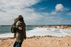 Bakre sikt av ett ungt par av turister eller handelsresande fotografering för bildbyråer