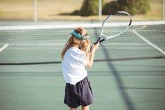 Bakre sikt av flickan som spelar tennis Royaltyfria Foton