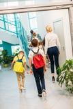 bakre sikt av gruppen av forskare och läraren som uppför trappan går arkivfoton