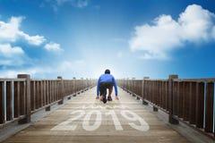 Bakre sikt av klar spring för löpareman in i in i år av 2019 arkivbild