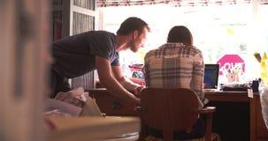 Bakre sikt av kontoret för affär för par det rinnande hemifrån stock video