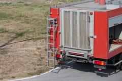 Bakre sikt av lastbilen för röd brand Arkivbild