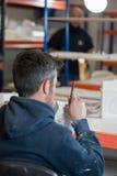 Bakre sikt av mannen med den nytto- modellen för bladScuplting murbruk Arkivfoto