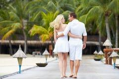 Bakre sikt av par som går på träbryggan Arkivbilder