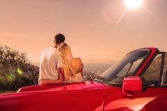 Bakre sikt av par som kramar och beundrar panorama vektor illustrationer