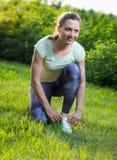 Bakre sikt av rinnande sportskor för aktiv kvinna Arkivfoto