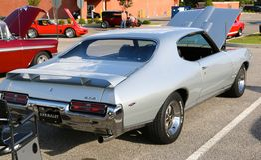 Bakre sikt av 1969 silver Pontiac GTO Arkivfoton