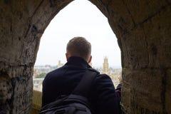Bakre sikt av turisten som ut ser över sikt av Oxford horisont Royaltyfria Foton
