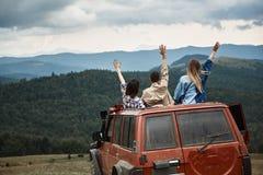 Bakre sikt av unga handelsresande som spenderar helg i bergen arkivfoto