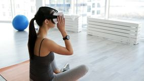 Bakre sikt av uppmärksamt kvinnasammanträde i yogaposition lager videofilmer