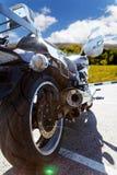 Bakre sikt på motorcicle mot blå himmel Arkivbild
