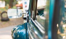 Bakre spegel av en gammal bil Arkivfoto