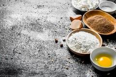 Bakselachtergrond Bloem met cacao en ei stock afbeeldingen