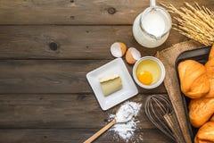 Bakselachtergrond met ruwe eieren, boter en bloem Stock Afbeeldingen