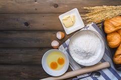 Bakselachtergrond met ruwe eieren, suiker en bloem Royalty-vrije Stock Afbeelding