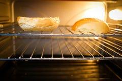Bakselbrood in de oven Royalty-vrije Stock Afbeeldingen