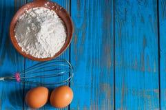 Bakselcake in landelijke keuken - deegrecept Stock Fotografie