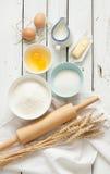 Bakselcake in rustieke keuken - de ingrediënten van het deegrecept op witte houten lijst Royalty-vrije Stock Afbeelding