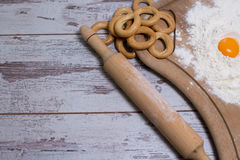 Bakselconcept Bestrooide bloem en eieren op houten scherpe raad, kokende ingrediënten Tref voor het maken van gistdeeg voorbereid Stock Afbeeldingen
