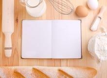 Bakselingrediënten: bloem, melk, eieren Stock Afbeeldingen