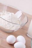 Bakselingrediënten in de keuken royalty-vrije stock afbeeldingen