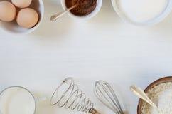 Bakselingrediënten op een lijst Stock Foto's