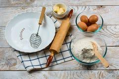 Bakselingrediënten op keukenlijst worden, klaar voor het koken geplaatst die Copyspace voor tekst Concept voedselvoorbereiding, k stock afbeelding