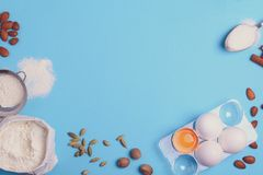 Bakselingrediënten voor eigengemaakt gebakje op blauwe achtergrond Bak het zoete concept van het cakedessert stock foto