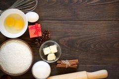 Bakselingrediënten voor Kerstmiscake met kaneel op rustieke houten achtergrond Stock Afbeeldingen