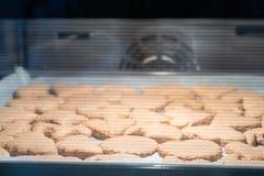 Bakselkoekjes in de ovenclose-up als achtergrond het proces om koekjes thuis te maken stock foto