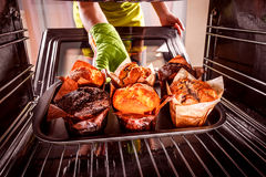 Bakselmuffins in de oven royalty-vrije stock foto's