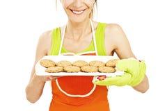 Bakselvrouw die koekjes op dienblad tonen royalty-vrije stock foto's