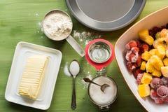 Bakselwerktuigen, bloem, suiker, boter op groene houten oppervlakte Royalty-vrije Stock Foto's