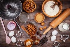 Bakselwerktuigen en ingrediënten Stock Foto's